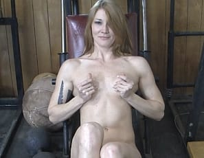 make herself cum by rubbing her pussy and fucking herself